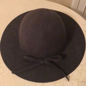 Wool hat with bow in the front